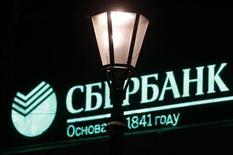 Логотип Сбербанка на крыше здания в Санкт-Петербурге 4 декабря 2012 года. Крупнейший госбанк РФ Сбербанк увеличил чистую прибыль, рассчитанную по международным стандартам, в третьем квартале 2012 года на 9,9 процента до 87,5 миллиарда рублей в годовом выражении, сообщил банк. REUTERS/Alexander Demianchuk