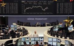 Трейдеры на торгах фондовой биржи во Франкфурте-на-Майне 4 декабря 2012 года. Европейские рынки акций открылись ростом. REUTERS/Remote/Marte Kiessling