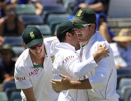 South Africa's captain Graeme Smith (R) congratulates team mate Dean Elgar (C) for catching out Australia's Ed Cowan at the WACA during the fourth day's play of the third test cricket match in Perth December 3, 2012. REUTERS/Stringer