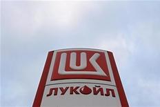 Стела на АЗС Лукойла в Санкт-Петербурге 27 ноября 2012 года. Второй по величине российский нефтедобытчик Лукойл, стремящийся увеличить портфель зарубежных проектов, обещает инвестиции на уровне $600 миллионов в геологоразведку в Африке. REUTERS/Alexander Demianchuk