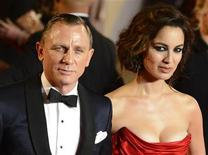 "Actor Daniel Craig and actress Berenice Marlohe pose for photographers as they arrive for the royal world premiere of the new 007 film ""Skyfall"" at the Royal Albert Hall in London October 23, 2012. REUTERS/Paul Hackett"