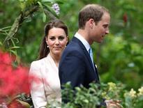 Принц Уильям и его жена Кейт, герцогиня Кембриджская, посещают сад орхидей в Сингапуре, 11 сентября 2012 года. Принц Уильям и его жена Кейт Миддлтон ждут ребенка. Мать будущего наследника британского престола сейчас находится в больнице с приступами очень острой утренней тошноты, что в некоторых случаях может указывать на то, что у королевской семьи может родиться двойня. REUTERS/Stephen Morrison/Pool