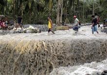 Moradores carregam corpo de vítima após inundações repentinas provocadas pelo tufão Bopha, na cidade de New Bataan, em Compostela Valley, sul das Filipinas. 5/12/2012 REUTERS/Erik De Castro