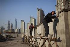 Construtores trabalham em obra na região financeira de Pudong Lujiazui, em Xangai. O crescimento econômico da China pode acelerar para 8,2 por cento em 2013 ante esperados 7,7 por cento este ano em resposta às políticas oficiais de promoção do crescimento. 12/11/2012 REUTERS/Aly Song
