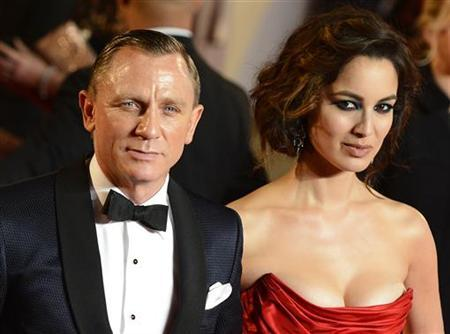 Actor Daniel Craig and actress Berenice Marlohe pose for photographers as they arrive for the royal world premiere of the new 007 film ''Skyfall'' at the Royal Albert Hall in London October 23, 2012. REUTERS/Paul Hackett