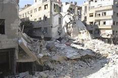 <p>Imagen de archivo de una serie de edificios dañados por cohetes de la Fuerza Aérea Siria, según activistas en Ain Terma, al este de Damasco, dic 2 2012. Rebeldes sirios dijeron el miércoles que rodearon una base aérea cerca de Damasco, en una nueva señal de que la revuelta se está acercando a la capital, un día después de que la OTAN tomara acciones defensivas en torno al conflicto al aprobar el envío de misiles a la vecina Turquía. REUTERS/Karm Seif/Shaam News Network/Handout</p>