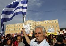 <p>Imagen de archivo de un manifestante durante una protesta frente al Parlamento griego en Atenas, jun 5 2011. Grecia tuvo el peor resultado de los 27 estados de la Unión Europea en una tabla mundial sobre corrupción que sitúa al país helénico por detrás de la ex comunista Bulgaria en un momento en el que aumenta la irritación de la ciudadanía por el aumento de sobornos por la crisis. REUTERS/Yiorgos Karahalis</p>