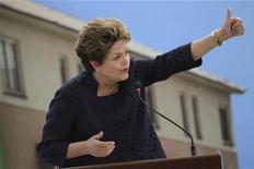 A presidente Dilma Rousseff participa de cerimônia para comemorar a realização de 1 milhão de casas no Palácio do Planalto. Dilma Rousseff afirmou nesta quarta-feira que o Brasil precisa dos recursos provenientes da exploração de petróleo na camada do pré-sal para ampliar os investimentos em educação. 4/12/2012 REUTERS/Ueslei Marcelino