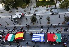 Grecia ocupa el puesto más bajo de los 27 estados de la Unión Europea en una tabla mundial sobre corrupción que sitúa al país helénico por detrás de la ex comunista Bulgaria en un momento en el que va en aumento la irritación de la ciudadanía por el aumento de sobornos por la crisis. En la imagen, varios manifestantes portan las banderas de Italia, España, Grecia y Portugal en un desfile de protesta en Atenas el 14 de noviembre de 2012. REUTERS/Yannis Behrakis