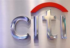 Citigroup eliminará 11.000 empleos a nivel mundial, cerca del 4 por ciento de su personal, en una medida destinada a ahorrar hasta 1.100 millones de dólares en gastos, anunció el miércoles la compañía. En la imagen, un cartel de Citi en el puesto de Citigroup en la Bolsa de Nueva York, el 16 de octubre de 2012. REUTERS/Brendan McDermid