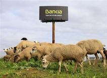 La perspectiva del sector bancario español seguirá negativa en 2013, dijo el miércoles un informe de la agencia de calificación Fitch Ratings. En la imagen, un rebaño pasta junto a un cartel de Bankia en Sevilla el 4 de diciembre de 2012. REUTERS/Marcelo del Pozo