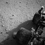 La NASA planea seguir con la misión en Marte con un vehículo gemelo del Curiosity que podría recoger y almacenar muestras para su regreso a la Tierra, dijo el jefe científico del organismo. En la imagen, de 28 de agosto, las ruedas del lateral derecho y traseras del Curiosity. REUTERS/NASA/JPL-Caltech/Handout