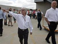 La Fórmula Uno podría volver a tener 20 carreras la próxima temporada después de que el cuerpo gubernativo del deporte dijera el miércoles que tenía proyectada una carrera europea para sustituir al pospuesto Gran Premio de Nueva Jersey. En la imagen de archivo, Bernie Ecclestone (izq) señala mientras camina en eñ Gran Premio de Indianápolis de 2005. REUTERS/Brent Smith