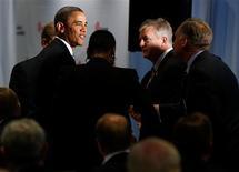 """El presidente de Estados Unidos, Barack Obama, dijo el miércoles a líderes empresariales que es posible llegar a un acuerdo sobre el denominado """"abismo fiscal"""" dentro de una semana si los republicanos reconocen la necesidad de elevar los impuestos a los más ricos. En la imagen, el presidente de EEUU, Barack Obama (a la izquierda) estrecha manos en la Business Roundtable de Washington, el 5 de diciembre de 2012. REUTERS/Larry Downing"""