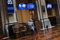 El Ibex-35 abrió el miércoles al alza, en línea con las principales plazas europeas, impulsada por unos comentarios favorables sobre la economía china que repercutían positivamente esta madrugada en los mercados asiáticos. En la imagen, un hombre contempla las pantallas de la bolsa de Madrid el pasado 27 de julio de 2012. REUTERS/Susana Vera