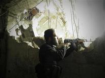 Un combattente dell'Esercito libero siriano ad Al-khalidiya, un quartiere di Homs, ieri. REUTERS/Thair Al-Khalidieh/Shaam News Network/Handout