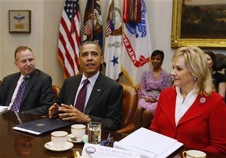 U.S. President Barack Obama (C) sits with members of the National Governors Association (NGA) Executive Committee in the Roosevelt Room of the White House in Washington, December 4, 2012. REUTERS/Larry Downing