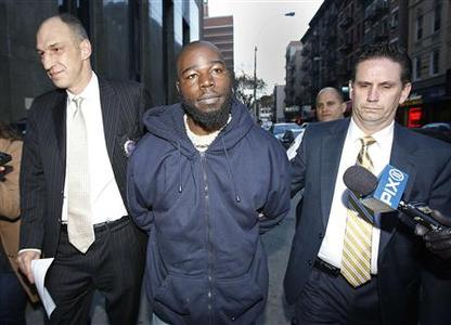 Naeem Davis (C), the suspect in the New York Subway pushing case, arrives at Manhattan Criminal Court in New York, December 5, 2012. REUTERS/Carlo Allegri