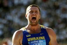 Ucraniano Yuriy Bilonog comemora após ganhar medalha de ouro nas Olimpíadas de Atenas por arremesso de peso, em 2004. Quatro atletas, inclusive um campeão olímpico, perderam medalhas que haviam recebido na Olimpíada de Atenas-2004, por causa do resultado positivo em novos exames antidoping feitos com amostras de oito anos atrás. 18/18/2004 REUTERS/Yannis Behrakis