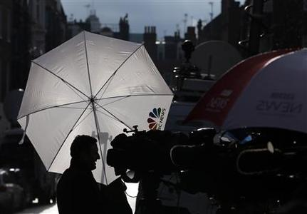 Members of the media wait outside the King Edward VII hospital in London December 5, 2012. REUTERS/Stefan Wermuth