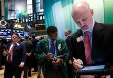 Una sesión volátil terminó con las acciones mayormente en alza el miércoles en Wall Street, aunque los papeles de Apple sufrieron su peor jornada de pérdidas en casi cuatro años. En la imagen, operadores en la Bolsa de Nueva York, el 5 de diciembre de 2012. REUTERS/Brendan McDermid