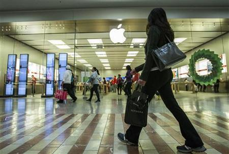 People walk past the Apple Store while shopping at the Los Cerreitos Center mall on Black Friday in Cerritos, California, November 23, 2012. REUTERS/Bret Hartman