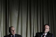 Ministro das Finanças Guido Mantega (E) discursa ao lado do presidente do Banco Nacional de Desenvolvimento Econômico e Social (BNDES), Luciano Coutinho (D), durante coletiva de imprensa em Brasília. O governo anunciou nesta quarta-feira mais medidas de estímulo ao crescimento econômico, inclusive com a redução da Taxa Básica de Juros de Longo Prazo (TJLP), mas acabou elevando os juros para algumas linhas de financiamento do BNDES. 05/12/2012 REUTERS/Ueslei Marcelino