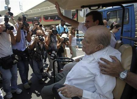 File picture of 104-year-old Brazilian architect Oscar Niemeyer in Rio de Janeiro February 8, 2012. REUTERS/Ricardo Moraes/Files