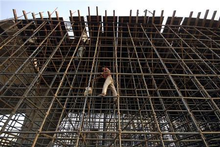 Labourers erect scaffolding at a construction site in the southern Indian city of Hyderabad November 4, 2008. REUTERS/Krishnendu Halder/Files