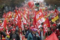 Una manifestazione per il lavoro a Parigi. REUTERS/Christian Hartmann