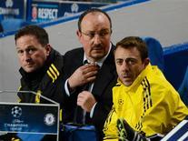 El Chelsea se convirtió el miércoles en el primer defensor del título de Liga de Campeones en quedar eliminado de la fase de grupos, pese a cerrar la etapa con una goleada, ya que la Juventus le arrebató el puesto al imponerse en otro de los partidos del miércoles. En la imagen, el técnico del Chelsea, Rafa benítez (en el centro) se ajusta la corbata durante su partido del Grupo E de Liga de Campeones, contra el FC Nordsjaelland en Stamford Bridge, en Londres, el 5 de diciembre de 2012. REUTERS/Dylan Martinez