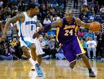 El alero de Los Angeles Lakers Kobe Bryant se convirtió el miércoles en el jugador más joven que anota 30.000 puntos en la NBA, durante la victoria 103-87 contra los Hornets de Nueva Orleans. En la imagen, el alero de Los Angeles Lakers Kobe Bryant (con el 24) se enfrenta al de New Orleans Hornets Roger Mason Jr (con el 8) en la segunda parte de su partido de la NBA en Nueva Orleans, Luisiana, el 5 de diciembre de 2012. REUTERS/Jonathan Bachman