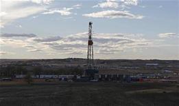 Буровая нефтяная вышка в Уотфорде, Северная Дакота, 20 октября 2012 года. Цены на нефть растут на фоне опасений за поставки с Ближнего Востока, которые уравновешивают страх за состояние мировой экономики, вызванный слабыми показателями США и Европы. REUTERS/Jim Urquhart