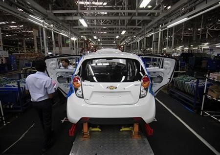 Employees work on a Chevrolet Beat car on an assembly line at the General Motors plant in Talegaon, about 118 km (73 miles) from Mumbai September 3, 2012. REUTERS/Danish Siddiqui/Files