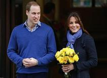 Príncipe William deixa hospital King Edward VII com sua esposa Catherine, duquesa de Cambridge, em Londres. 6/12/2012 REUTERS/Andrew Winning