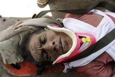 Los servicios de rescate encontraron el jueves con vida a un hombre de 54 años que sobrevivió dos días a base de cocos después de que un poderoso tifón destrozara el sur de Filipinas, matando a 342 personas y dejando cientos de desaparecidos. Imagen del 6 de diciembre de uno de los supervivientes, Carlos Agang, en la camilla en la que fue trasladado tras ser rescatado en el pueblo de Nuevo Batán, en la provincia del Valle de Compostela, en el sur de Filipinas. REUTERS/Stringer