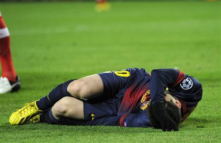 Barcelona's Lionel Messi reacts after picking up an injury while trying to score a goal against Benfica's goalkeeper Artur during their Champions League Group G soccer match at the Nou Camp stadium in Barcelona December 5, 2012. REUTERS/Sergio Carmona