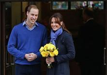 La embarazada princesa Catalina, esposa del príncipe Guillermo de Inglaterra, salió el jueves del hospital King Edward VII del centro de Londres, donde pasó cuatro días recibiendo atención por náuseas matutinas agudas. Imagen del príncipe Guillermo y la duquesa de Cambridge al salir del hospital londinense King Edward VII el 6 de diciembre. REUTERS/Andrew Winning