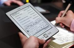 Repórter testa tablet Kindle durante lançamento de novas versões do aparelho em Nova York, em 2011. Amazon e Google lançaram nesta quinta-feira lojas de livros eletrônicos no Brasil.
