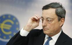 El Banco Central Europeo (BCE) mantuvo el jueves su tipo de interés referencial en el mínimo histórico del 0,75 por ciento, resistiéndose a efectuar cualquier relajación en su política, mientras evalúa las perspectivas económicas a la espera de una oportunidad para utilizar su nuevo programa de compra de bonos. En la imagen del pasado mes de noviembre, el presidente del BCE, Mario Draghi, se ajusta las gafas durante una rueda de prensa en la ciudad almana de Fráncfort, sede del banco. REUTERS/Lisi Niesner