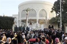 Policiais e militantes da Irmandade Muçulmana ocuparam os arredores do palácio presidencial no Cairo nesta quinta-feira. 06/12/2012 REUTERS/Asmaa Waguih