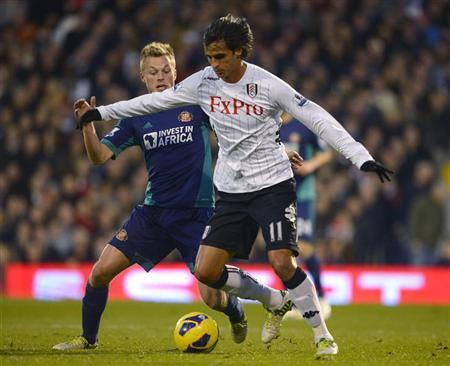 Fulham's Bryan Ruiz (R) challenges Sunderland's Sebastian Larsson during their English Premier League soccer match at Craven Cottage in London November 18, 2012. REUTERS/Russell Cheyne