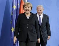 La canciller alemana, Angela Merkel, pidió a su aliado Israel que trabaje con los palestinos en pos de una solución de dos estados y evite acciones unilaterales que pongan en peligro las perspectivas de paz. Imagen de Merkel y Netanyahu al final de la rueda de prensa conjunta celebrada el 6 de diciembre en la cancillería de Berlín. REUTERS/Tobias Schwarz