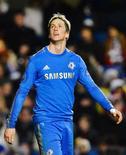 Fernando Torres volvió a marcar el miércoles, anotando dos goles para el Chelsea en la victoria por 6-1 sobre el Nordsjaelland danés, pero el técnico Rafa Benítez aún tuvo que defender al delantero después de que declinara lanzar dos los penaltis de la primera parte del encuentro de Liga de Campeones en Stamford Bridge. En la imagen, el juagdor del Chelsea, Fernando Torres durante su partido del Grupo E de Liga de Campeones contra el Nordsjaelland, en Stamford Bridge, en Londres, el 5 de diciembre de 2012. REUTERS/Toby Melville