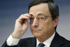 O presidente do Banco Central Europeu (BCE), Mario Draghi, durante a coletiva de imprensa mensal do BCE, em Frankfurt. A economia da zona do euro deve contrair no próximo ano assim como em 2012, previu o Banco Central Europeu (BCE) nesta quinta-feira, revisando fortemente para baixo a sua projeção, depois que manteve a taxa de juros em uma mínima recorde de 0,75 por cento no bloco. 06/12/2012 REUTERS/Lisi Niesner