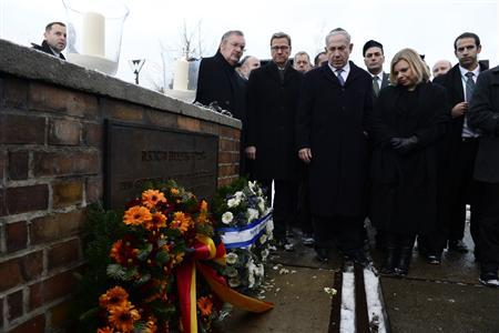 Israeli Prime Minister Benjamin Netanyahu (C), his wife Sara (2R) and German Foreign Minister Guido Westerwelle (3L) lay wreaths at the Gleis 17 (platform 17) Memorial to Jews deported from Grunewald train station during World War Two, in Berlin, December 6, 2012. REUTERS/John MacDougall/Pool