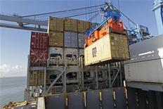 Um container é transferido para o cargueiro MSC Tokyo no porto de Rio Grande. O governo federal anunciou nesta quinta-feira um plano para investimentos de 54,2 bilhões de reais em portos até 2017, num esforço para melhorar a infraestrutura do país, um dos principais gargalos para o crescimento econômico. 25/01/2012 REUTERS/Andres Stapff
