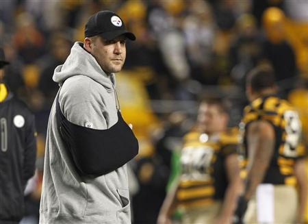 Injured Pittsburgh Steelers quarterback Ben Roethlisberger stands on the field with his arm in a sling before the start of their NFL football game against the Baltimore Ravens in Pittsburgh, Pennsylvania, November 18, 2012. REUTERS/Jason Cohn