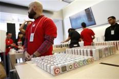 Funcionário da Apple é visto próximo a produtos da empresa em loja de São Francisco, em novembro. O valor de mercado da Apple caiu abaixo de 500 bilhões de dólares nesta quinta-feira com a contínua queda do papel da companhia listada mais valiosa do mundo, após sofrer seu pior declínio diário em quase quatro anos. 23/11/2012 REUTERS/Stephen Lam