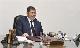 Presidente egípcio Mohamed Mursi é visto durante reunião com conselheiros (não retratados) no palácio presidencial no Cairo. Mursi, disse nesta quinta-feira que uma crise política desencadeada por um decreto que amplia seus poderes deve ser resolvida pelo diálogo e não com violência. 05/12/2012 REUTERS/Egyptian Presidency/Handout